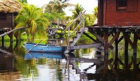 Bateau bleu au Cuba Images stock