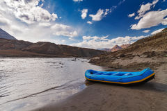 Bateau bleu en rivière de montagne Photos stock