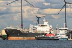 Bateau-citerne amarré à l'usine pétrochimique avec des moulins à vent, port d'Anvers, Belgique photo libre de droits