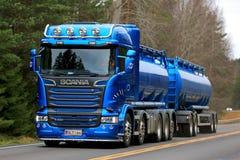 Bateau-citerne bleu de double de Scania R580 sur la route Photos stock