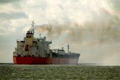 Bateau-citerne chimique sur son chemin vers la mer ouverte Photo libre de droits