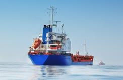 Bateau-citerne dans l'océan photographie stock libre de droits