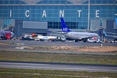 Bateau-citerne de carburant d'aéroport d'Alicante Photo stock
