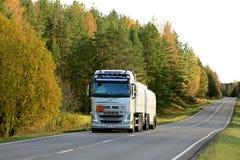 Bateau-citerne de carburant de Volvo FH sur la route en automne Photographie stock