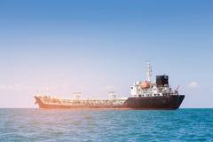 Bateau-citerne de bateau d'huile au-dessus d'horizon de côte photo stock