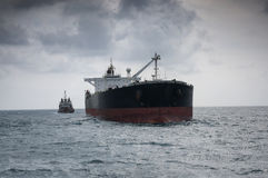 Bateau-citerne de pétrole brut en mer Photo stock