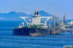 Bateau-citerne de pétrole brut sous des opérations de cargaison photos stock