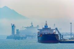 Bateau-citerne de pétrole brut sous des opérations de cargaison images libres de droits