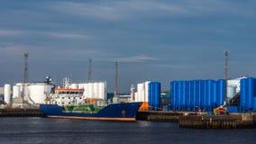 Bateau-citerne de pétrole et de produit chimique sur le terminal Images libres de droits