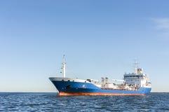 Bateau-citerne de produit chimique ou de gaz en mer Photo stock