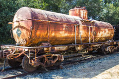 Bateau-citerne rouillé de chemin de fer sur la voie latérale Photo libre de droits