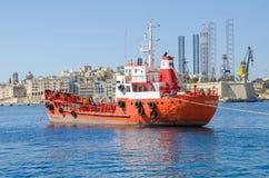 Bateau-citerne Sacro Cuor 1 de produits pétroliers ancré dans le port du valet Images stock