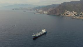Bateau-citerne supérieur de vue dans le port calme à la station de vacances et aux montagnes banque de vidéos