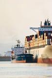 Bateau-citerne Vitaly Vanyhin de Bunkering une grande société de Cosco de navire porte-conteneurs Compartiment de Nakhodka Mer es Images stock