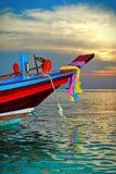 Bateau coloré au coucher du soleil dans l'eau bleue clair comme de l'eau de roche de turquoise Photos libres de droits