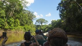 Bateau complètement des touristes dirigeant la rivière tout en prenant des photos de la jungle photos stock