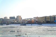 Bateau congelé en glace sur le fleuve de Moscou photo libre de droits