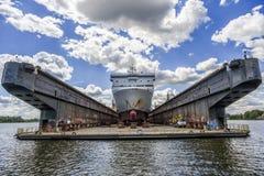 Bateau construit dans le chantier naval Bateau construit dans le chantier naval image stock