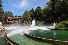 Bateau coulant et poussant l'eau à l'attraction de Le Grand Splatch en parc Asterix, Ile de France, France Photographie stock libre de droits