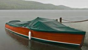 Bateau couvert sous la pluie photo libre de droits