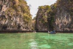 Bateau croisant la beauté de la nature à l'islang Krabi Thaïlande de hong photos libres de droits