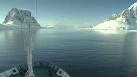 Bateau croisant par l'Antarctique banque de vidéos