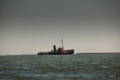 Bateau détruit abandonné dans l'horizontal de bord de la mer Photos libres de droits