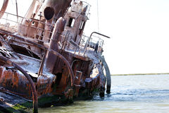 Bateau détruit abandonné, horizontal de bord de la mer Image stock