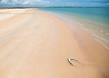 Bateau détruit sur la plage d'isolement et immaculée à Kimberley du nord Image libre de droits