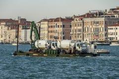 Bateau d'élimination des déchets à Venise, Italie, 2016 Images libres de droits