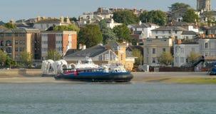 Bateau d'aéroglisseur arrivant dans Ryde, île de Wight Photos libres de droits