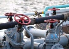 Bateau d'approvisionnement diesel avec des tuyaux et des valves image stock