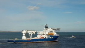 Bateau d'approvisionnement en mer avec le pilote Boat Photographie stock