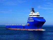Bateau d'approvisionnement en mer L images stock