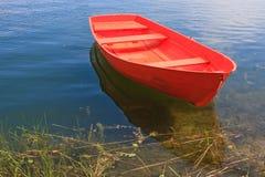 Bateau d'aviron rouge Image stock