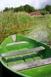 Bateau d'aviron vert dans le lac Images stock