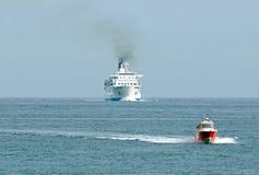 Bateau d'escorte pour les navires escorteurs. Photos libres de droits