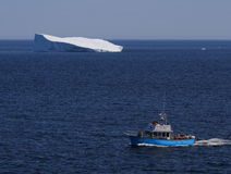 Bateau d'excursion avec l'iceberg Photo stock