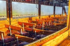 Bateau d'excursion de vintage pour le transport des touristes à travers des canaux de rivière dans Giethoorn, Pays-Bas Images libres de droits