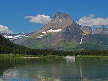 Bateau d'excursion sur le lac Swiftcurrent Images libres de droits
