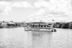 Bateau d'excursion, véhicule touristique au mouillage, St John, Antigua Photo libre de droits