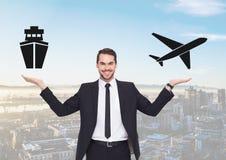 Bateau d'homme ou avion de choix ou décisif avec les mains ouvertes de paume Image stock