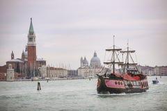Bateau d'office à Venise Photos stock