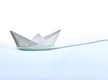 Bateau d'Origami sur l'eau Image libre de droits