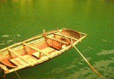 Bateau dans l'eau verte Image stock