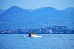 Bateau dans l'horizon Italie de montagne d'Alpes de lac Maggiore photographie stock libre de droits