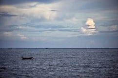 Bateau dans l'océan Photos stock