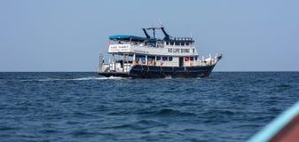 Bateau dans l'océan d'Andaman en île de Lipe, Thaïlande photos libres de droits