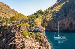 Bateau dans la baie de la mer Méditerranée, Majorque Espagne Image stock