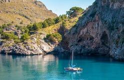 Bateau dans la baie de la mer Méditerranée, Majorque Espagne Images libres de droits